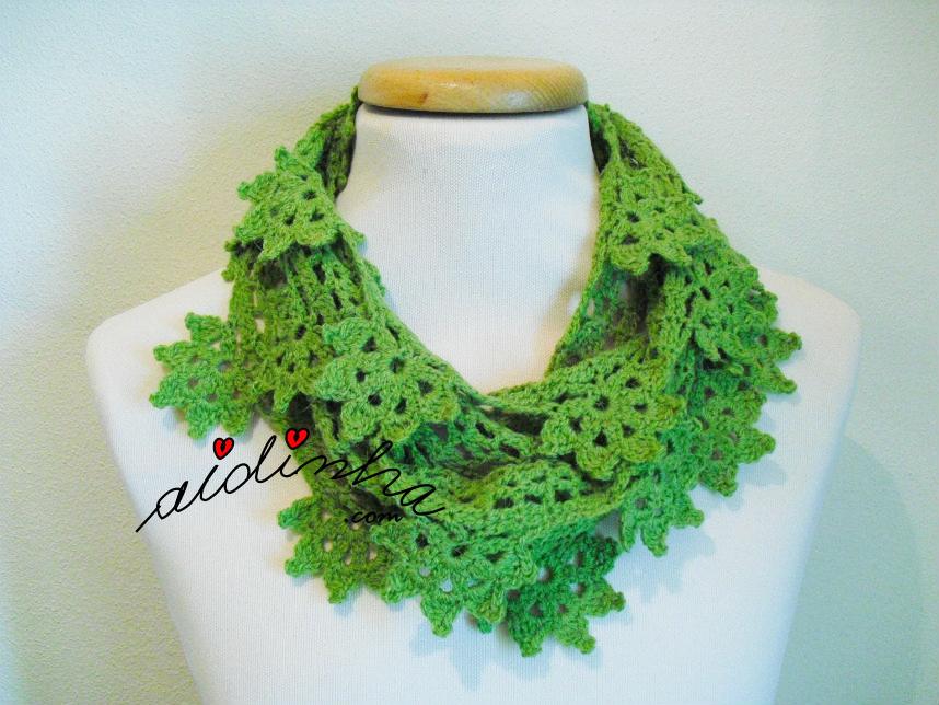 Gola de crochet verde, com flores pendentes