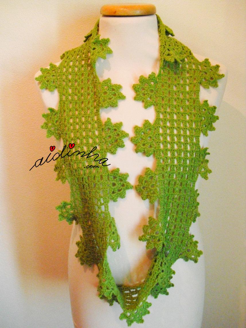 Foto da gola de crochet verde, só com uma volta