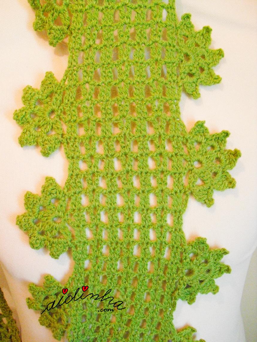Foto da gola de crochet, com flores pendentes, verde