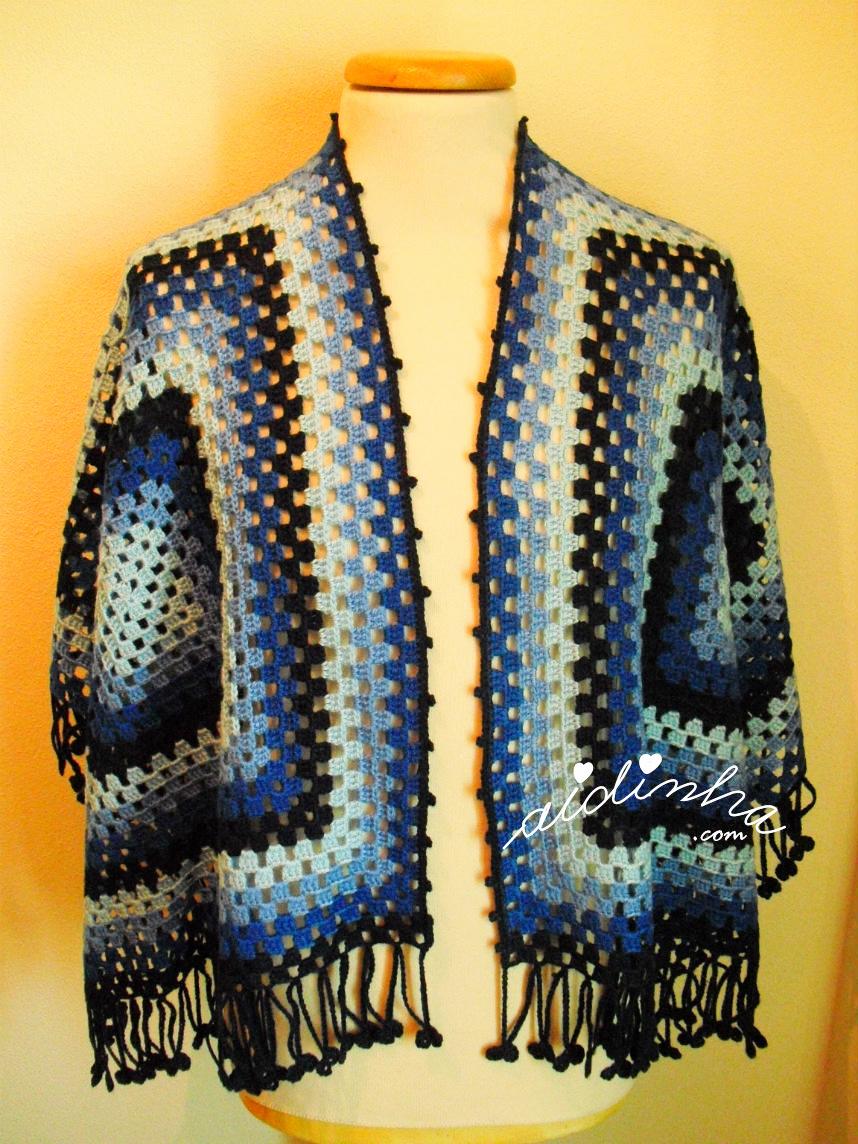 capa/poncho de crochet, em tons de azul