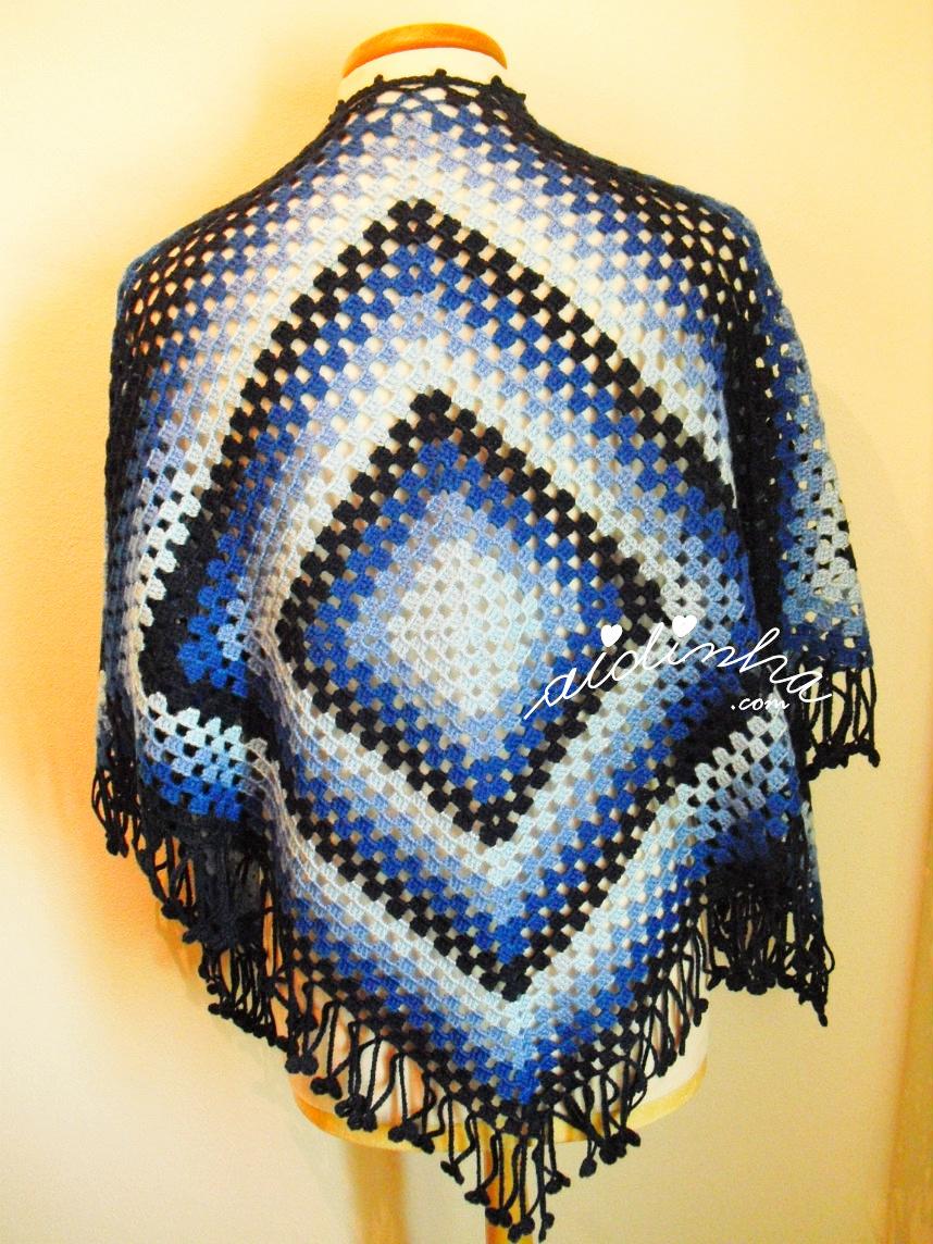 Parte detrás da capa/poncho azul de crochet