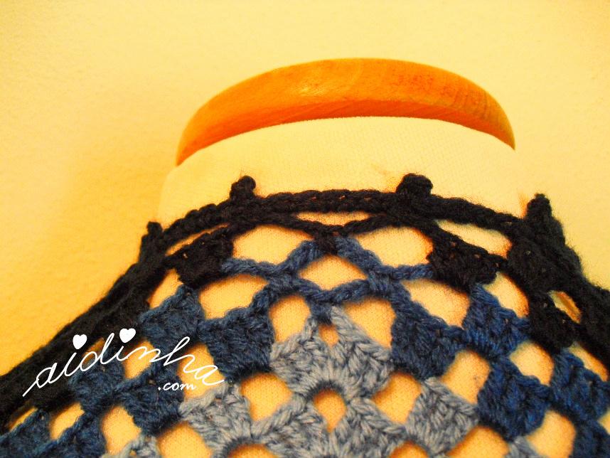 Foto da parte detrás do pescoço da capa/poncho de crochet, azul