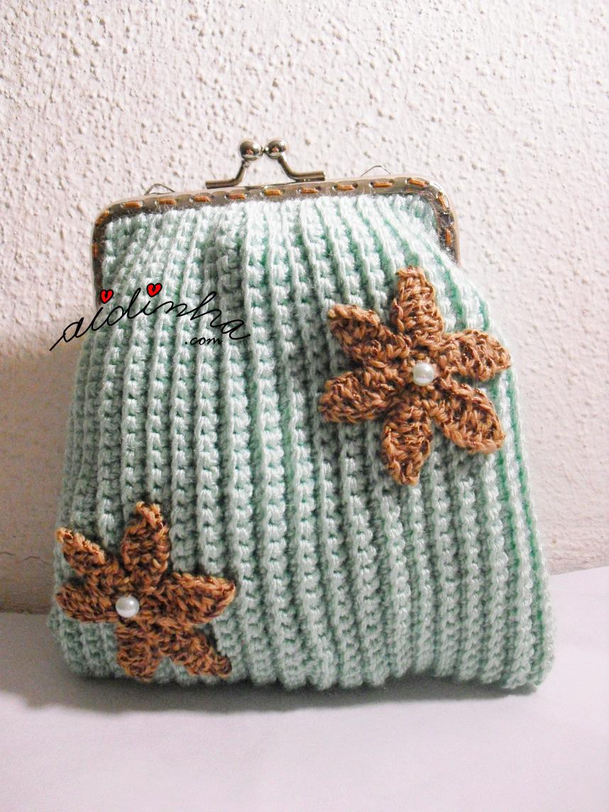 Outra foto da bolsa de crochet com flores
