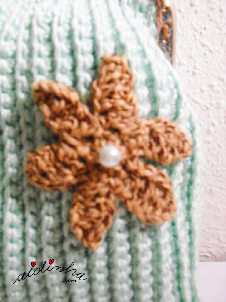 Flor castanha da bolsa de crochet verde água