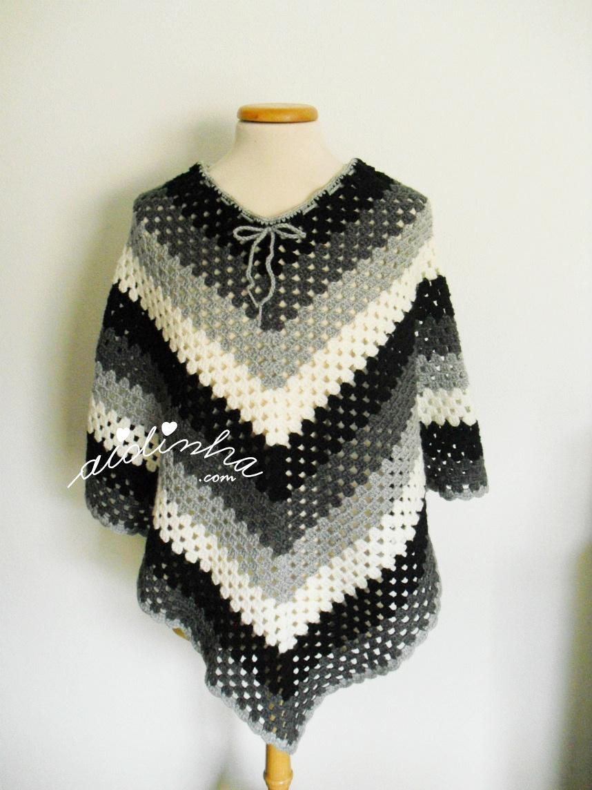 Poncho de crochet, preto, cinza e branco
