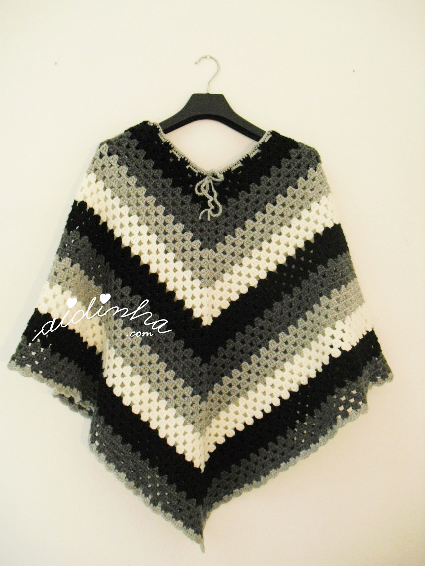 Poncho em crochet nas cores preto, cinza e branco