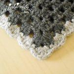 Poncho em crochet, nas cores preto, cinza e branco
