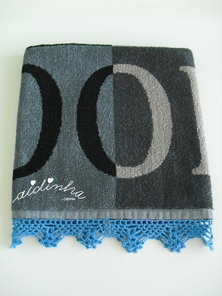 Outra foto do pano de cozinha com picô de crochet azul