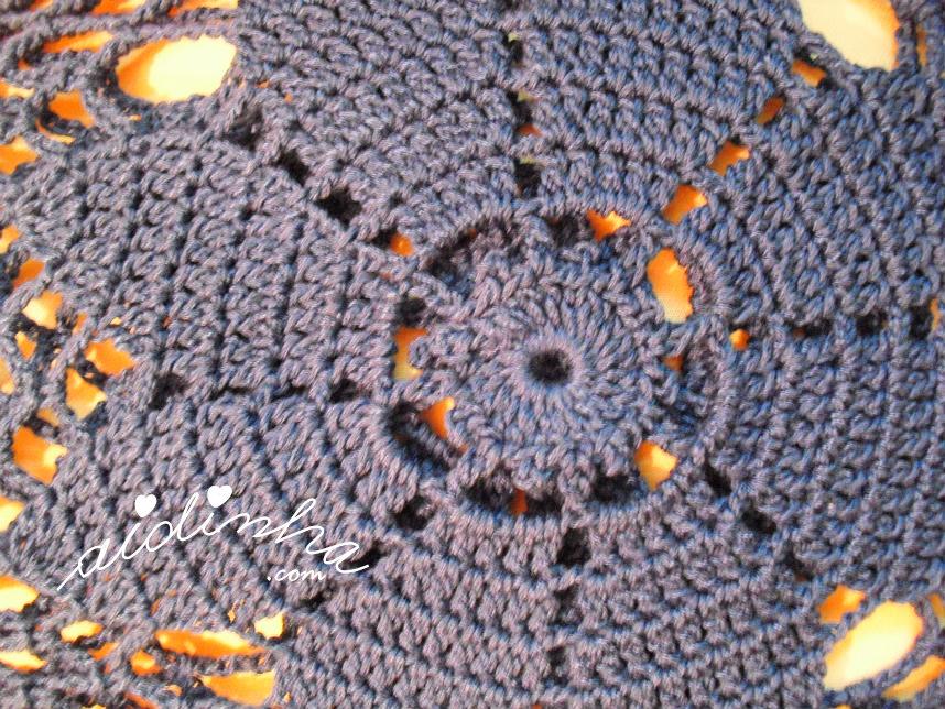 Foto da flor central da bolsa de mão, de crochet