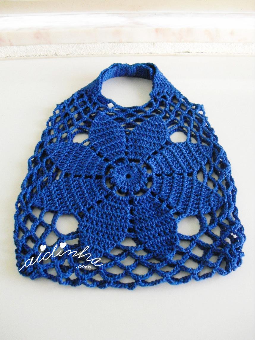 Bolsa de mão, em crochet, na cor azulão