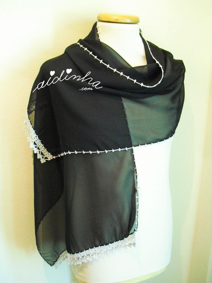 Outra foto da écharpe preta com crochet em fio prateado