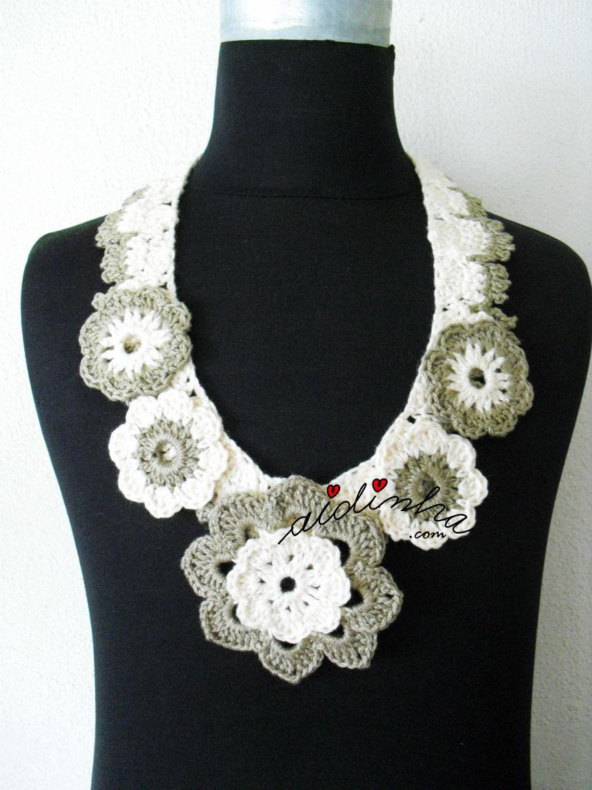 Colar de crochet, com flores, em dois tons de creme