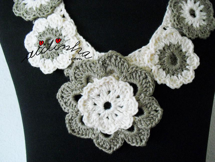 Flor central do colar de crochet, em dois tons de creme