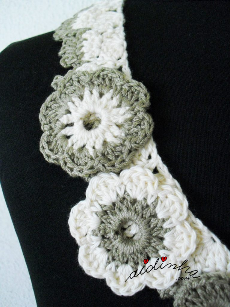 Foto das flores do colar de crochet