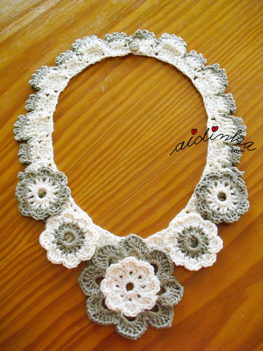 Outra foto do colar de crochet, com flores, em dois tons de creme