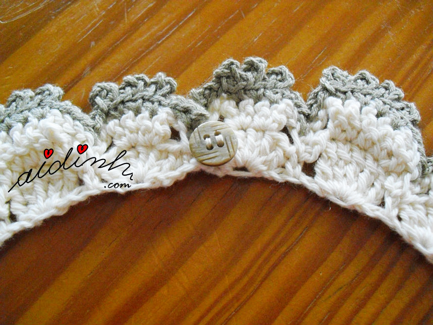 Fecho com botão do colar de crochet, em dois tons de creme