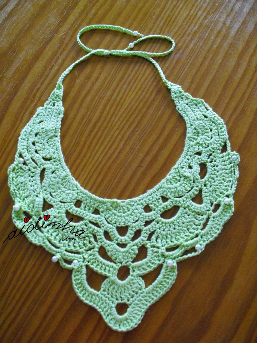 Outra foto do colar de crochet verde, com pérolas
