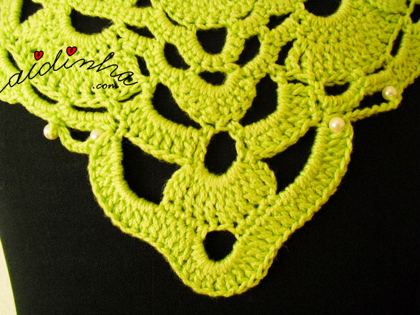 Parte central do colar de crochet verde, com pérolas