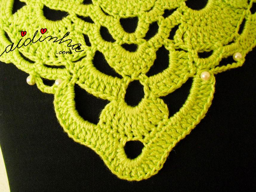Parte central do colar de crochet verde, com pérolas