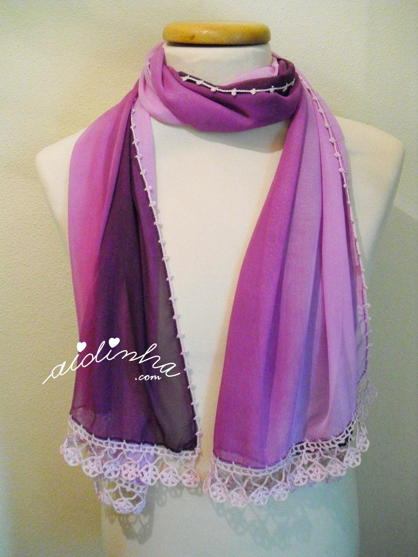 Outra foto da écharpe roxa, com crochet