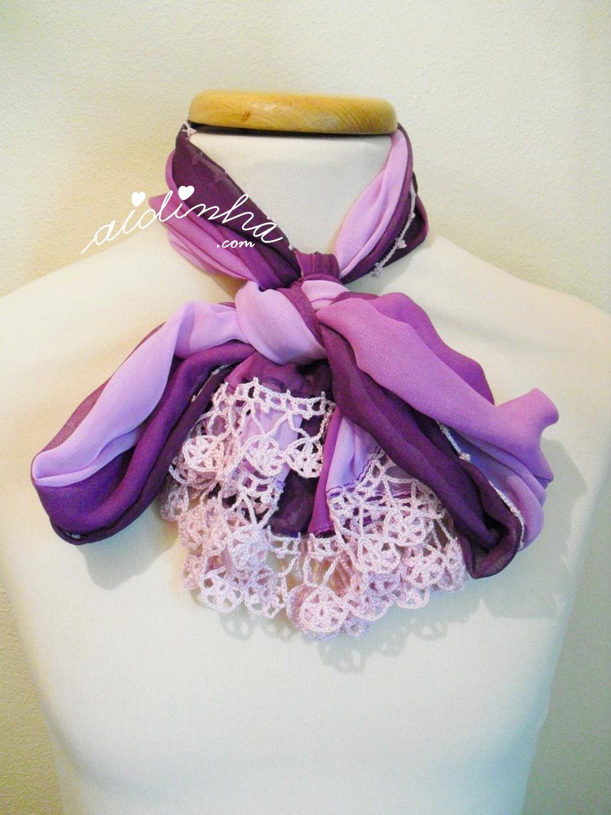Écharpe roxa com crochet lilás