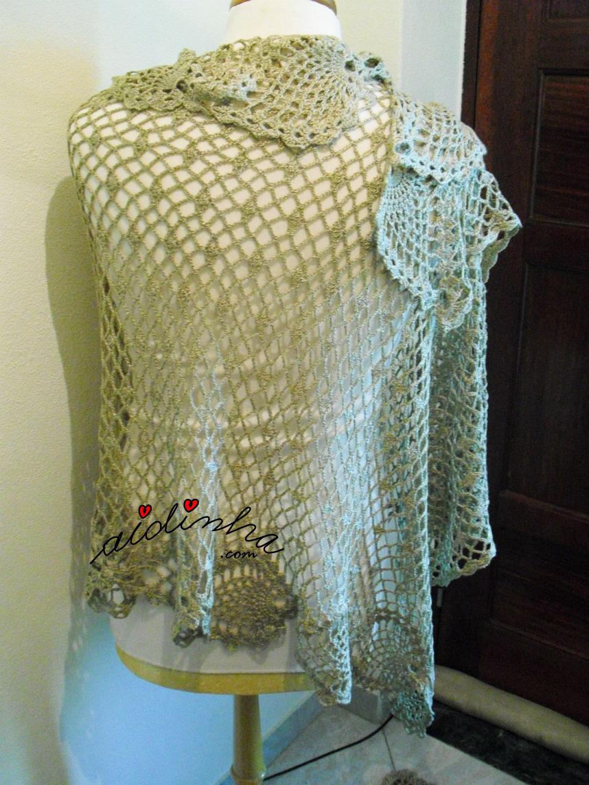 Foto da écharpe de crochet, na cor bronze, vista por detrás