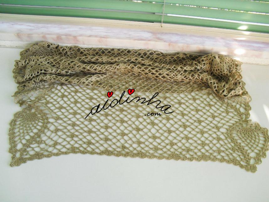 Vista da largura da écharpe de crochet, na cor bronze
