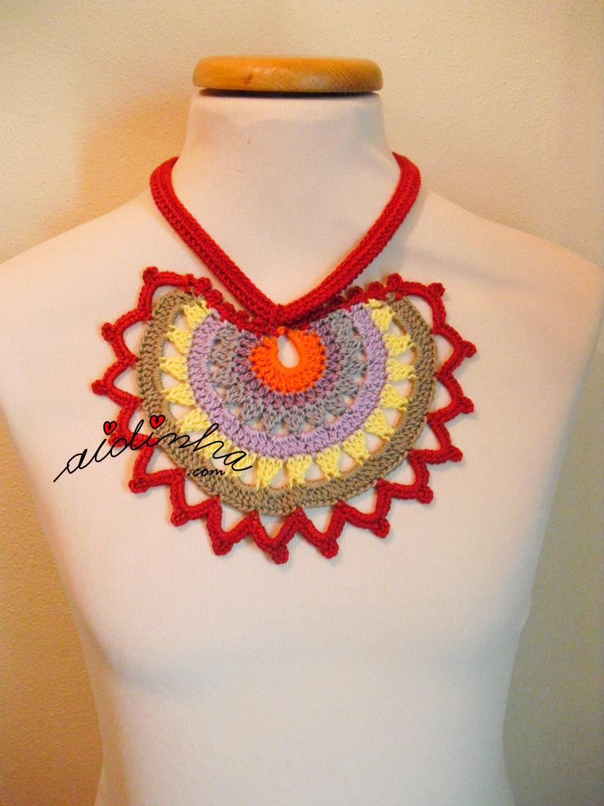 Colar de crochet multicolorido