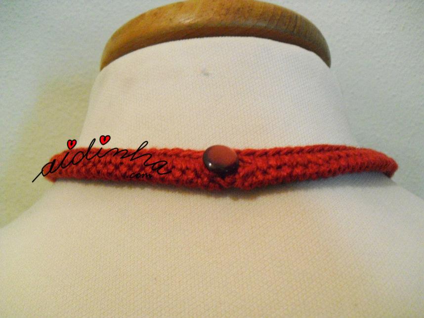 Foto da parte detrás do colar de crochet multicolorido