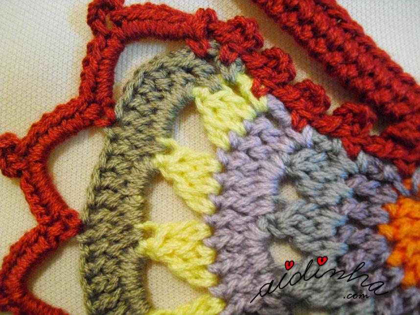 Outra foto do colar de crochet multicolorido