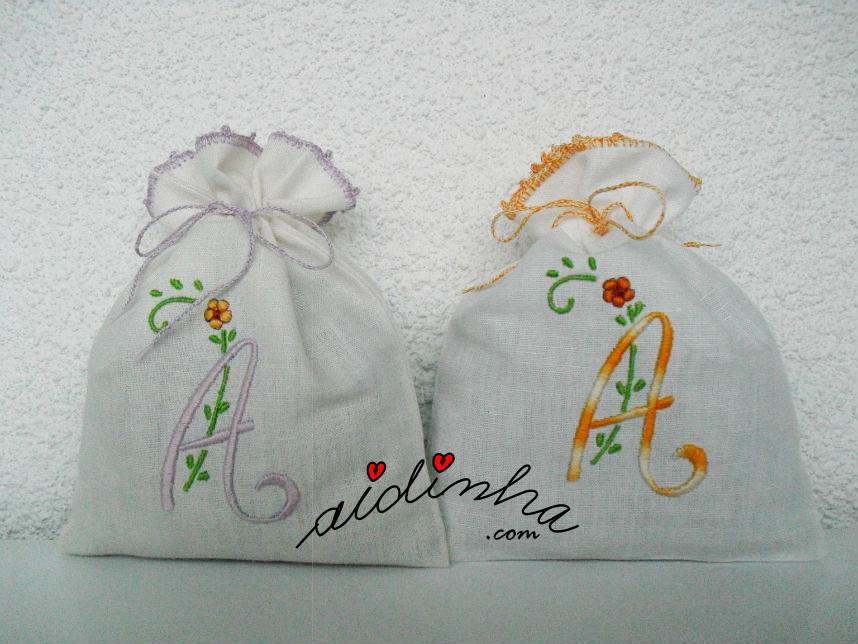 Saquinhos de cheiro A, bordados à máquina