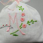 Saquinhos de cheiro, com monograma, bordados à máquina