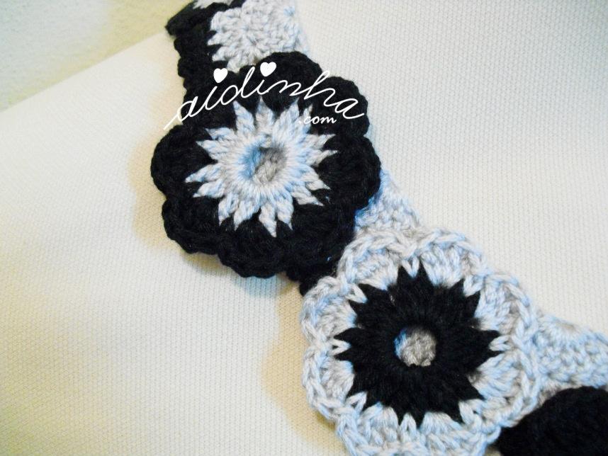 Flores pequenas do colar de crochet cinza e preto