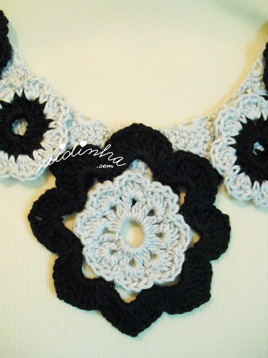 Foto da flor central do colar de crochet cinza e preto