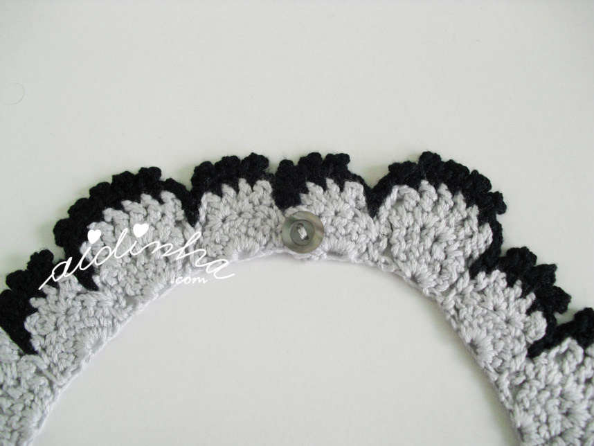 Foto fo fecho do colar de crochet