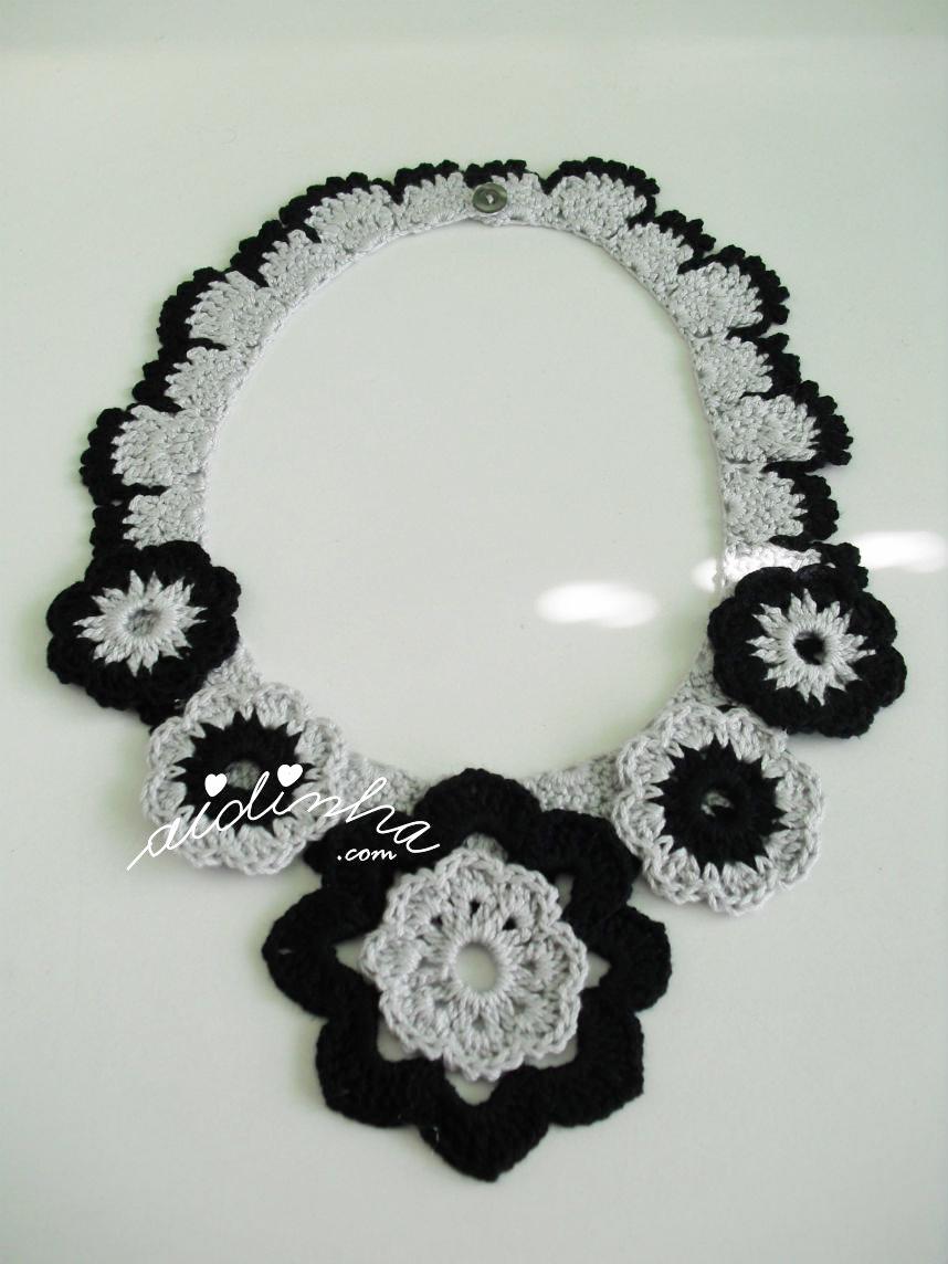 Outra foto do colar de crochet, cinza e preto