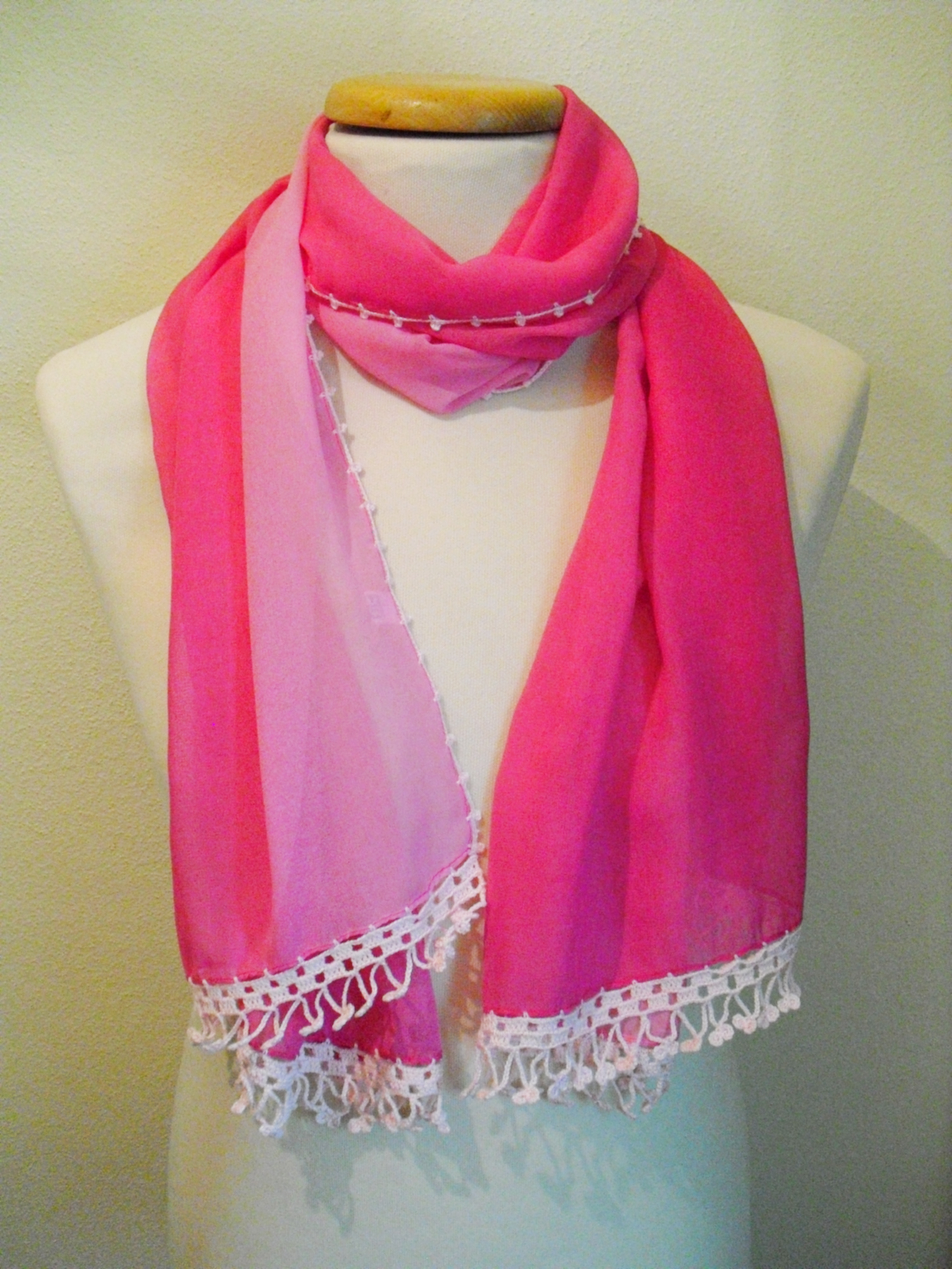 Outra foto da écharpe rosa, com crochet