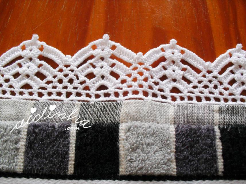 Pormenor do picô de crochet branco do pano de cozinha