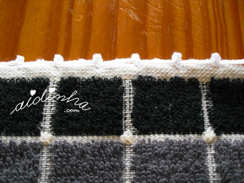 Foto do lado maior do pano de crozinha com crochet branco