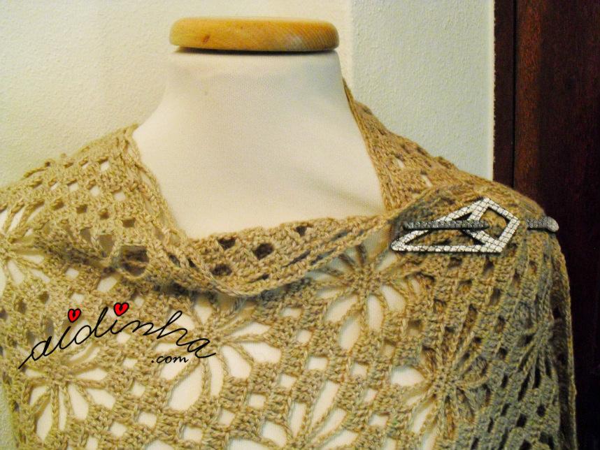 Vista de uma parte da estola de crochet, creme