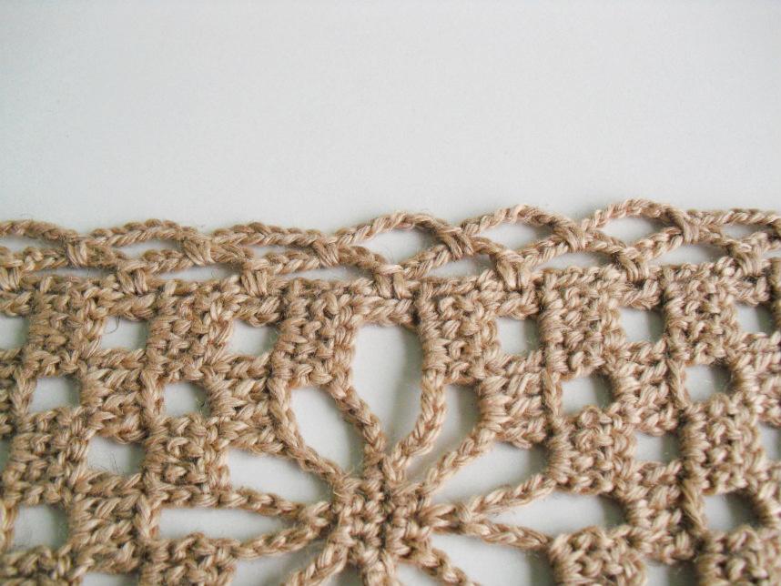 Pormenor dos lados maiores desta écharpe de crochet