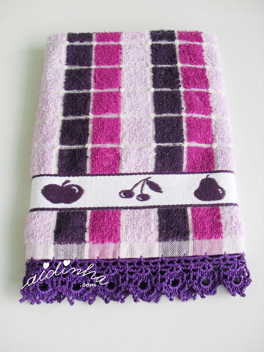 Pano de cozinha, com picô de crochet roxo