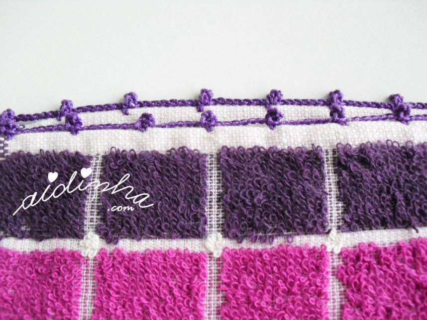 Foto do acabamento em crochet, do pano roxo