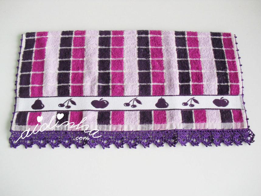 Outra foto do pano de cozinha, com picô de crochet roxo