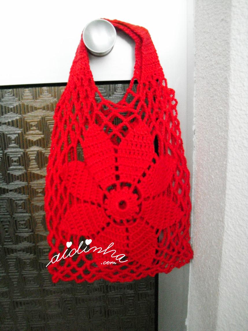 Outra foto da bolsa vermelha, de crochet, vermelha