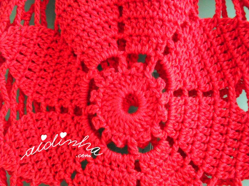 Centro da flor da bolsa de crochet, vermelha