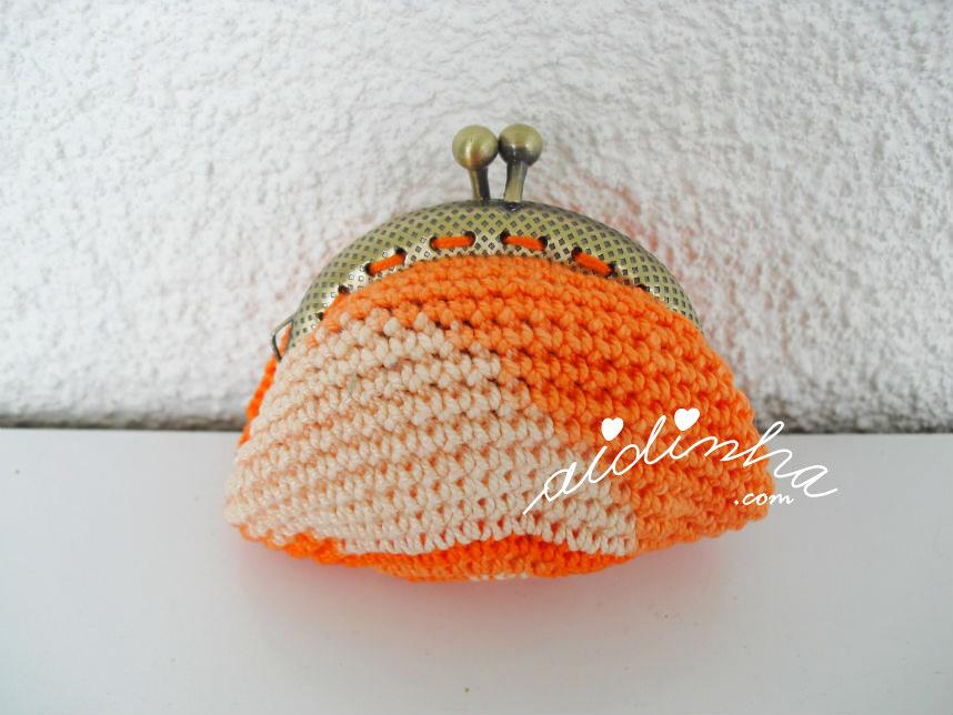 Parte detrás da bolsinha de crochet, laranja