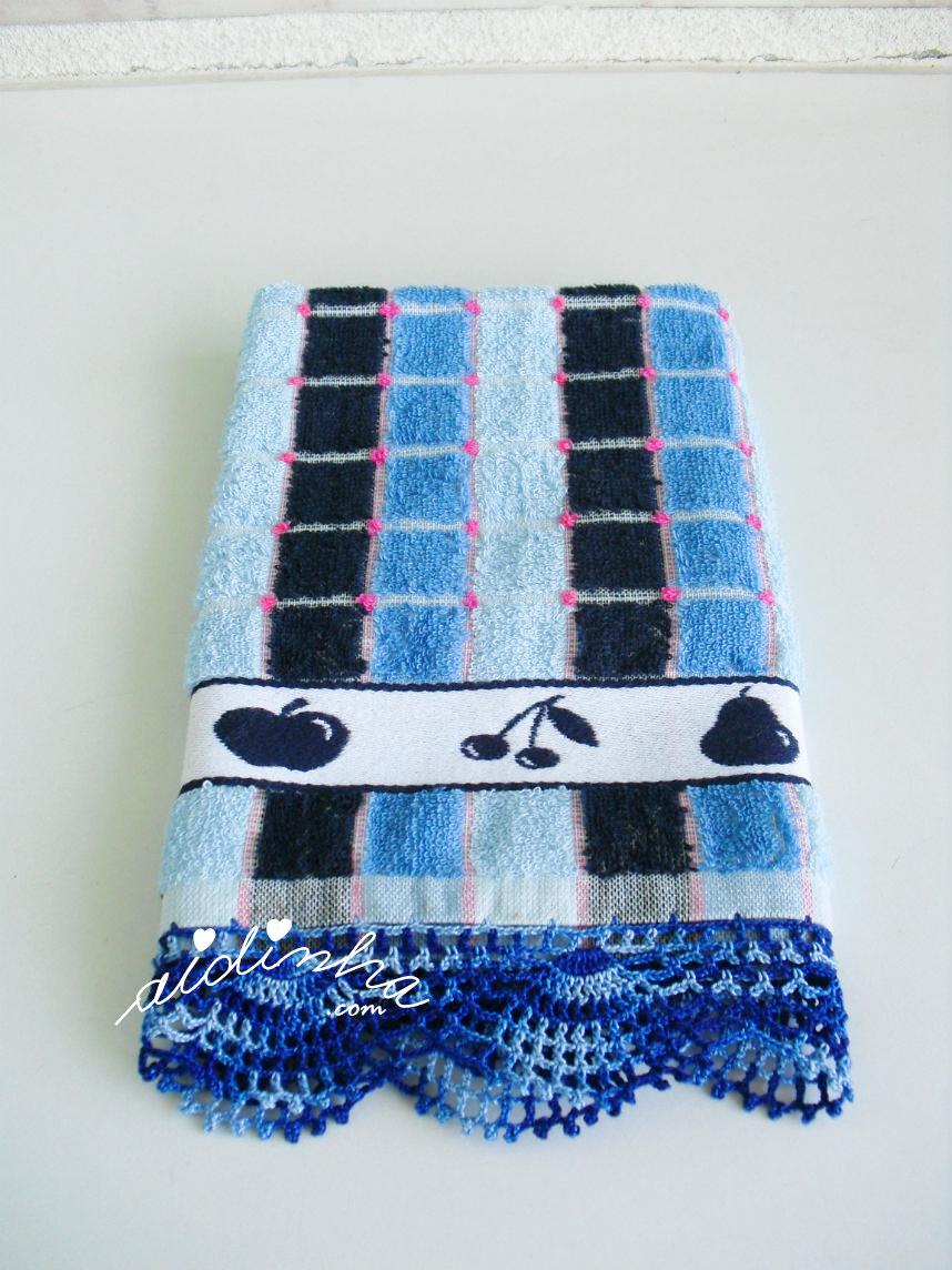 Pano de cozinha com picô de crochet azul matizado