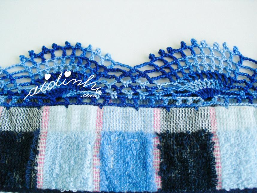 Pormenor do picô de crochet do pano azul