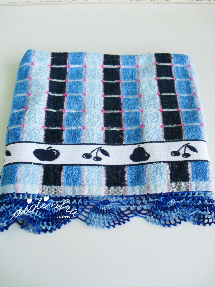 Outra foto do pano de cozinha, com picô de crochet azul matizado